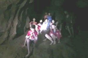 गुफा में से बाहर लाए गए 8 बच्चे, कोच के साथ 4 बच्चे अभी भी खतरे में