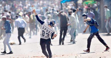 क्या यही है भारत का खूबसूरत जन्नत, कहीं बम गिरे तो कहीं पत्थर