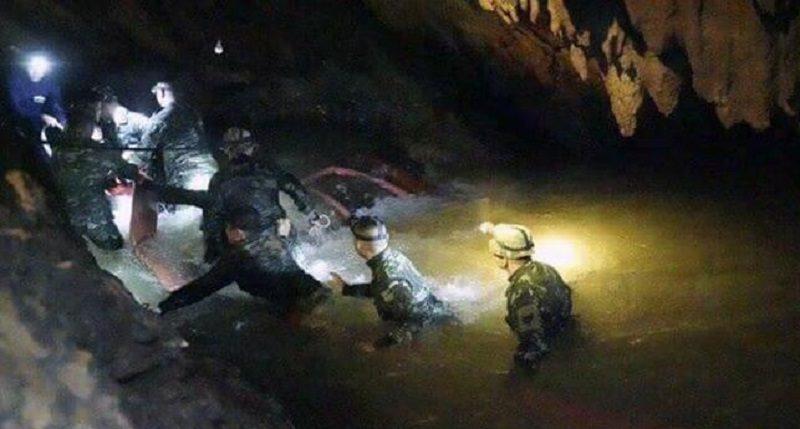 गुफा में फंसी पूरी फुटबॉल टीम आई बाहर, कोच को भी बचाया गया