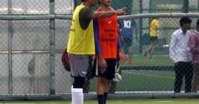 कैप्टन कूल के साथ दिखे धड़क के हीरो, साथ में खेला फुटबॉल