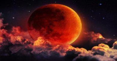 कल दुनिया ने किया सुर्ख लाल चांद का दीदार, आप भी देखिए तस्वीर