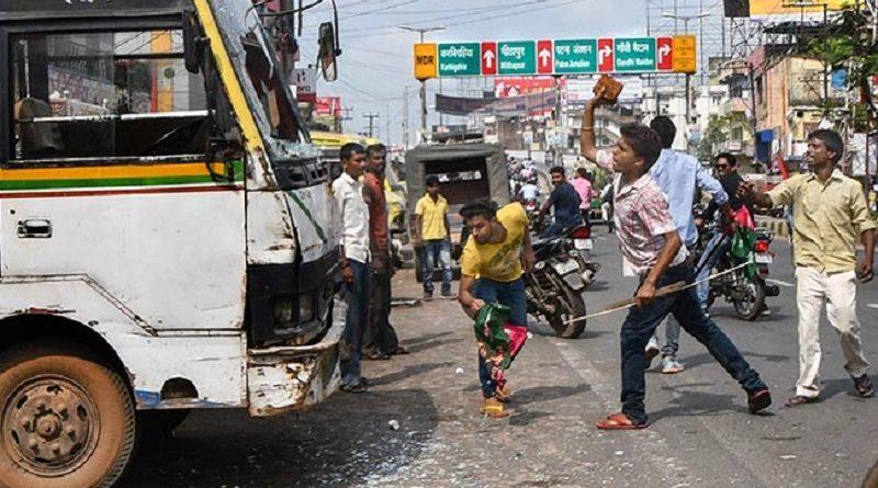 भारत बंद का असर- प्रदर्शनकारियों ने कहीं ट्रेनों को रोका तो कहीं बसों में की तोड़फोड़