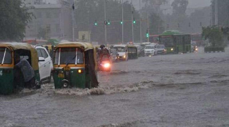 एक दिन हुई बारिश से रुकी राजधानी की रफ्तार, सड़कों पर भरा पानी