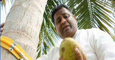 इस देश के मंत्री ने पेड़ पर चढ़कर की प्रेस कॉन्फ्रेंस, जानिए क्या थी असल वजह